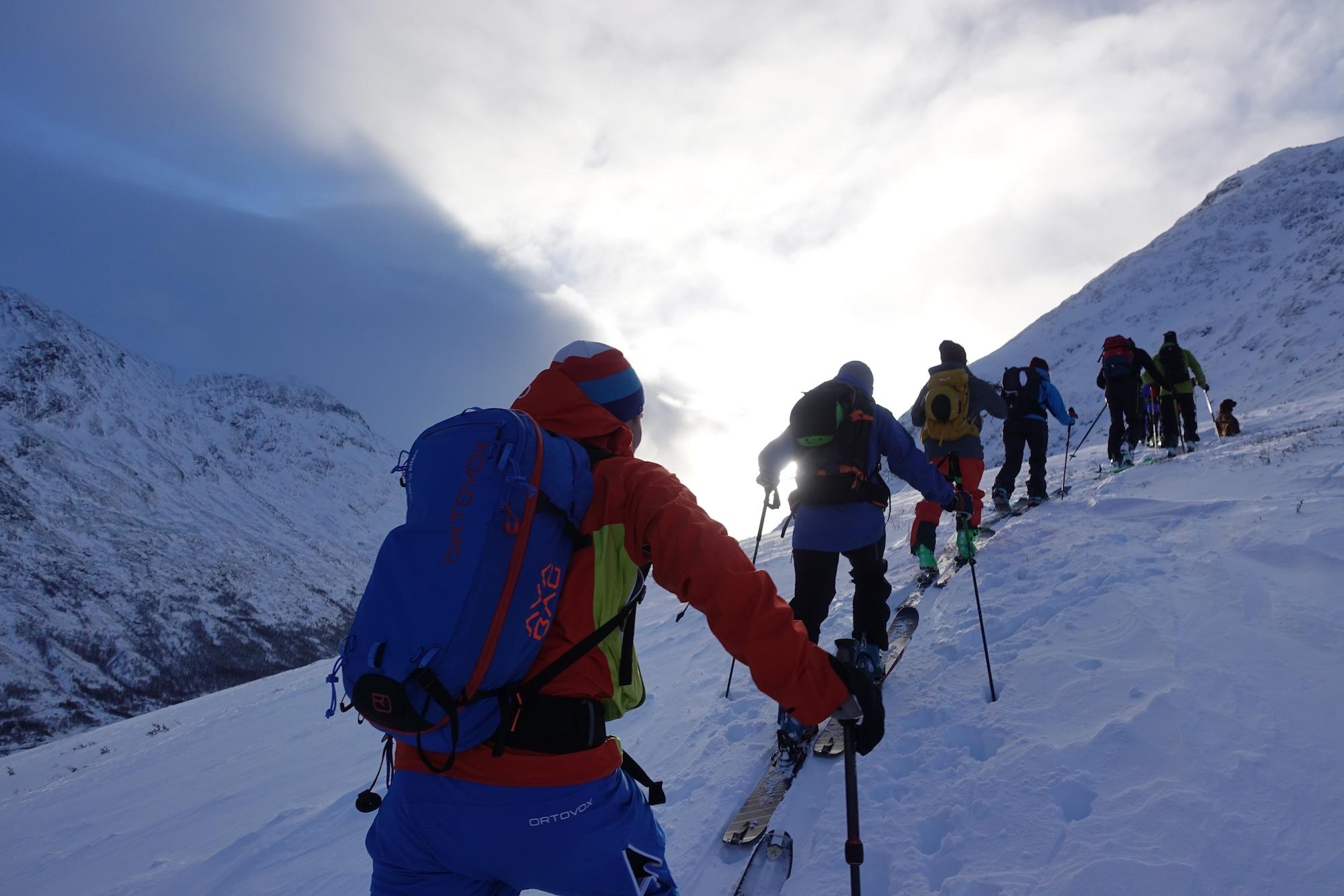 Inn i sola, opp på fjellet på guida skiturar med Gjendeguiden.