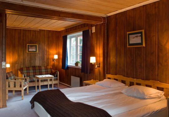 FOSSHEIM 395,- per person i dobbeltrom inkludert frukostEnkeltromstillegg 285,- per personPå Fossheim kan du også bestille skifestivalpakke som inkluderer overnatting torsdag-sundag, frukost, termos, niste og eit varmt måltid. Prisen er 1740,- per person i dobbeltrom, enkeltromstillegg 285,- per person. Bestill overnatting på fossheimhotel.no eller ring 61 21 95 00.